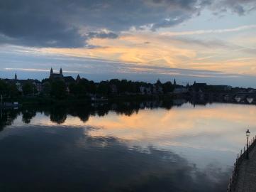 Maastricht wanneer de zon ondergaat.